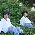 garçons au bord de l'étang