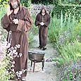 les moines dans le jardin des simples