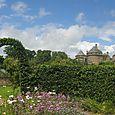 château vu depuis l'entrée du jardin médiéval